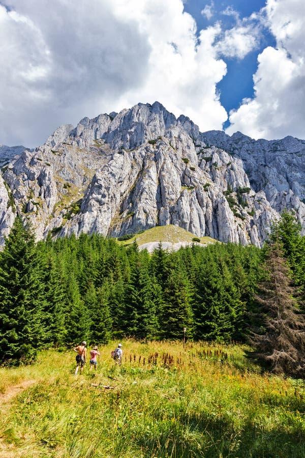 Randonneurs sur les montagnes en pierre du prince image libre de droits