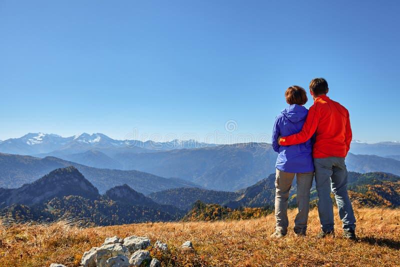 Randonneurs trimardant appréciant la vue regardant le paysage de montagne images stock