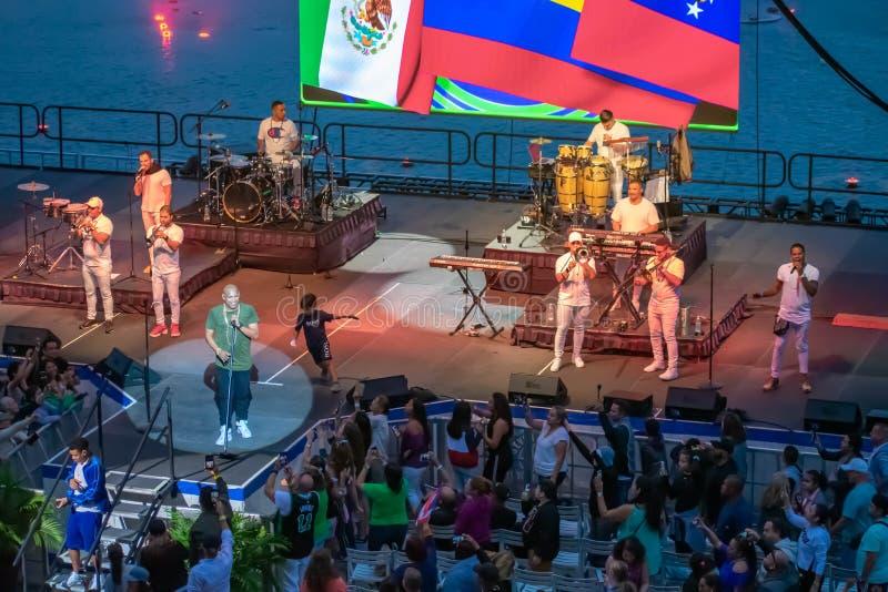 Randy Malcom et Alexander Delgado par Gente de Zona chantant la musique urbaine chez Seaworld dans la r?gion internationale 7 d'e photo stock