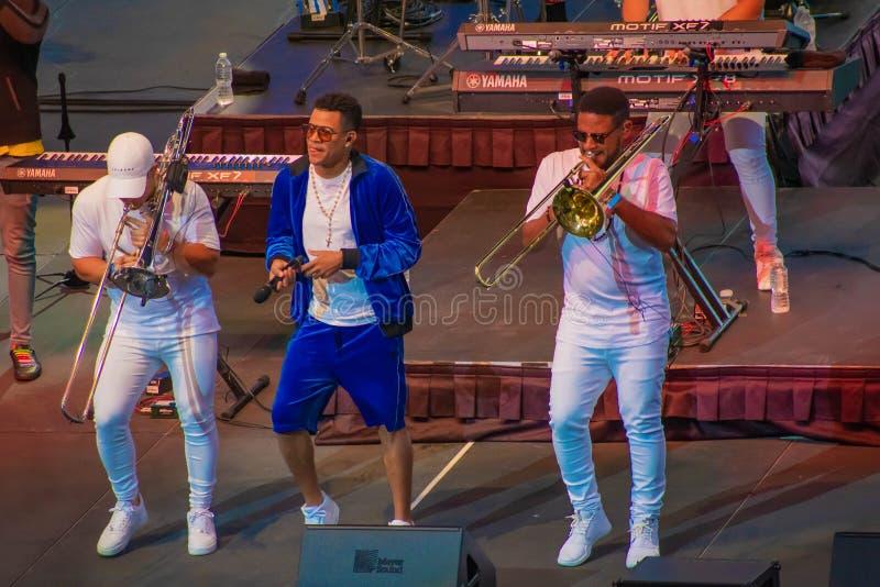 Randy Malcom par la danse de Gente de Zona avec deux trompettistes de la bande chez Seaworld dans la r?gion internationale 1 d'en images libres de droits