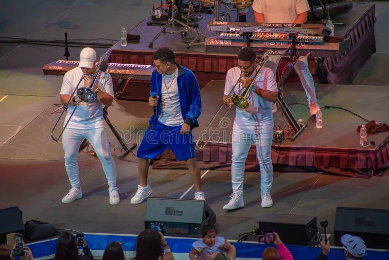 Randy Malcom par la danse de Gente de Zona avec deux trompettistes de la bande chez Seaworld dans la r?gion internationale 3 d'en photos libres de droits