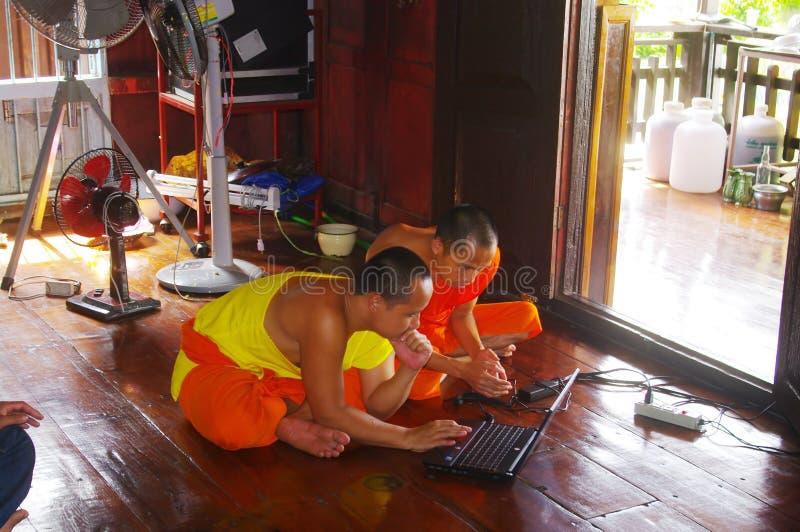 Rane pescarici buddisti con il calcolatore fotografia stock libera da diritti