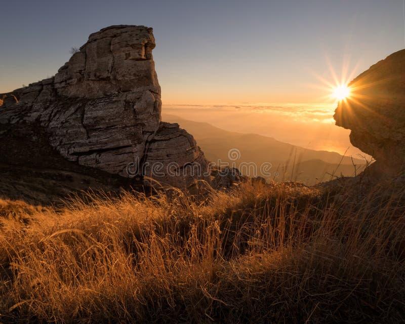 Ranek łuna przy wierzchołkiem góra obrazy royalty free