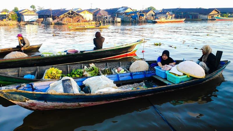 Ranek atmosfera Banjarmasin, Południowy Kalimantan Indonezja w spławowym rynku Barito rzeka,/ obraz royalty free