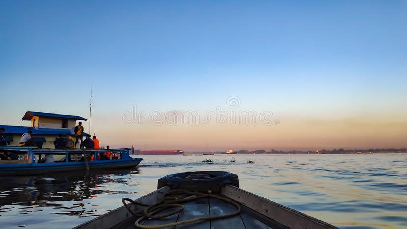 Ranek atmosfera Banjarmasin, Po?udniowy Kalimantan Indonezja w sp?awowym rynku Barito rzeka,/ obraz stock