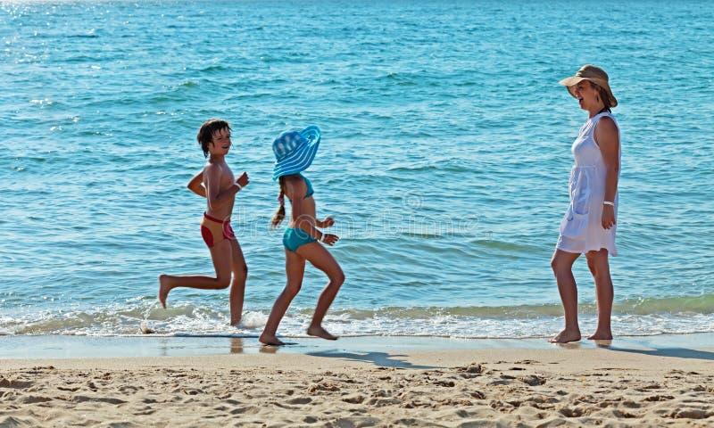 Ranek biega morzem - ćwiczący dla zabawy zdjęcie royalty free