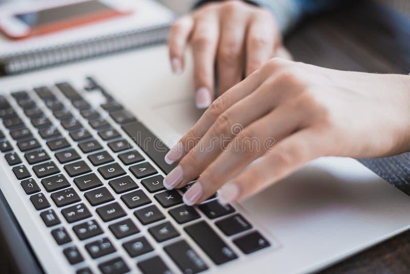 Ranek biznesowa kobieta Kobieta wręcza działanie na laptopie, zakończenie Horyzontalna rama zdjęcie royalty free