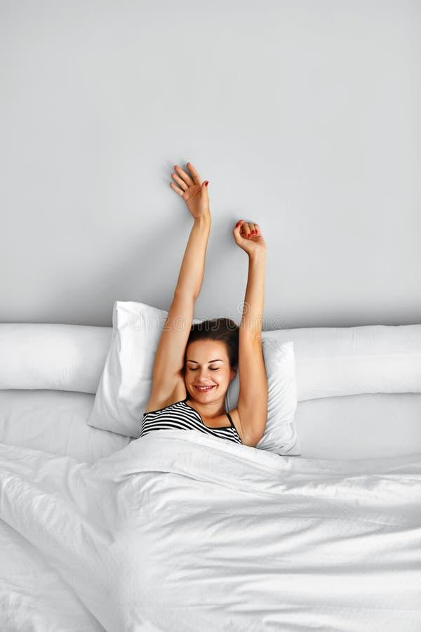 Ranek budził się Kobieta Budzi się rozciąganie W łóżku Zdrowy Styl życia obraz royalty free