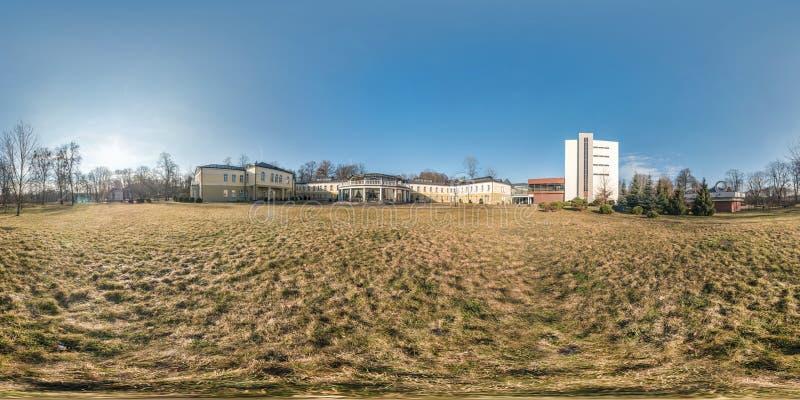 Ranek folował bezszwową bańczastą panoramę 360 stopni kąta widoku w parku małomiasteczkowy miasteczko w słonecznym dniu w equirec zdjęcia stock
