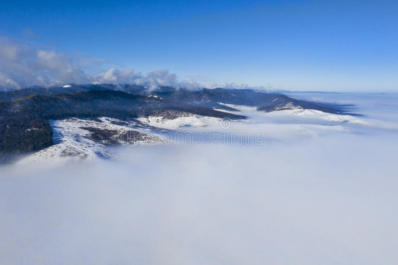 Ranek góry krajobraz z niskimi chmurami zdjęcia stock