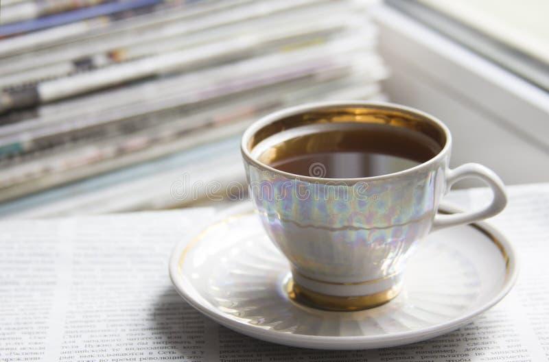 Ranek gazety i cofee zdjęcia royalty free