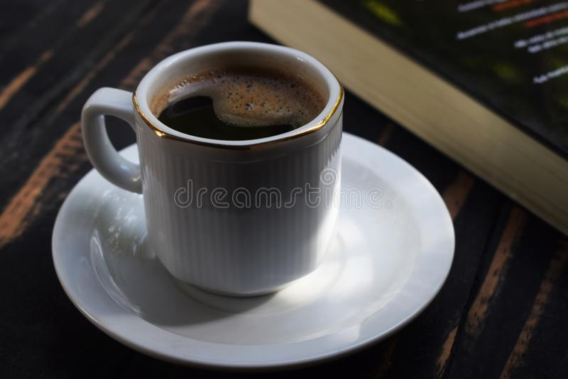 Ranek gorąca kawa na stole blisko książki obraz royalty free