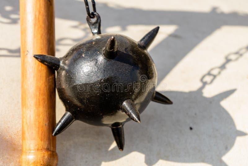 Ranek gwiazda, średniowieczna broń robić ciężka żelazna piłka która dołącza drewniany kij łańcuchem z kolcami, zdjęcia royalty free