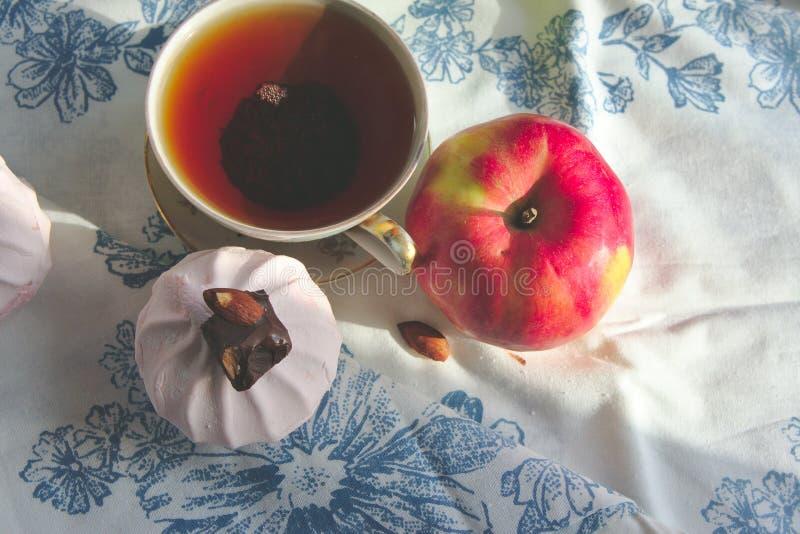 Ranek herbata z deserem fotografia royalty free