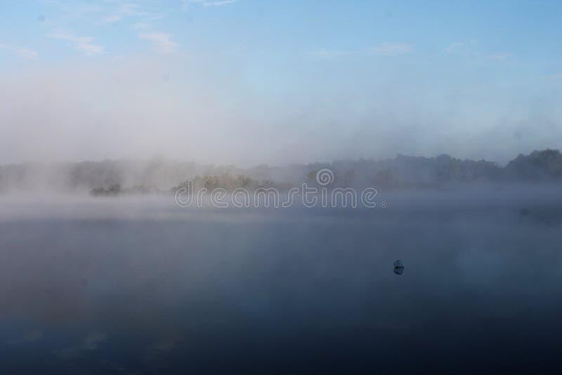 Ranek jezioro przez mgły obraz stock