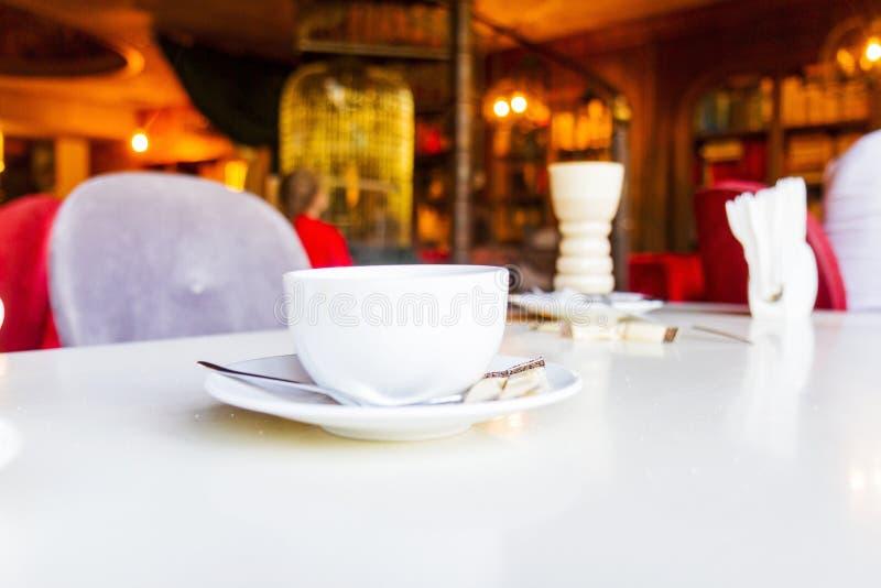 Ranek kawa w wygodnej kawiarni obraz royalty free