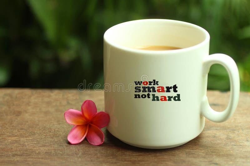 Ranek kawy poj?cie Pracuje inspiracyjną wycenę na kubku - Pracuje mądrze ciężkiego Z białym kubkiem kawy i jaźni notatek przypomn obraz royalty free