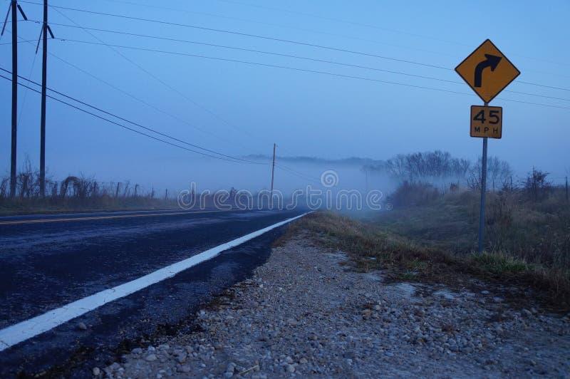 Ranek mgła nad autostradą obrazy royalty free