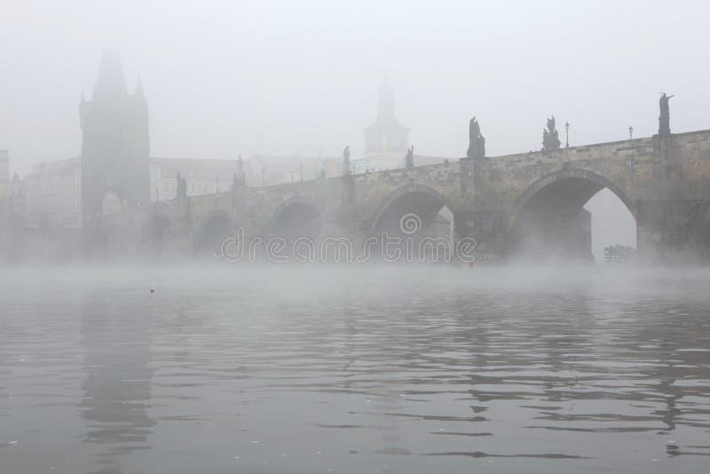Ranek mgła nad Charles mostem w Praga obrazy royalty free