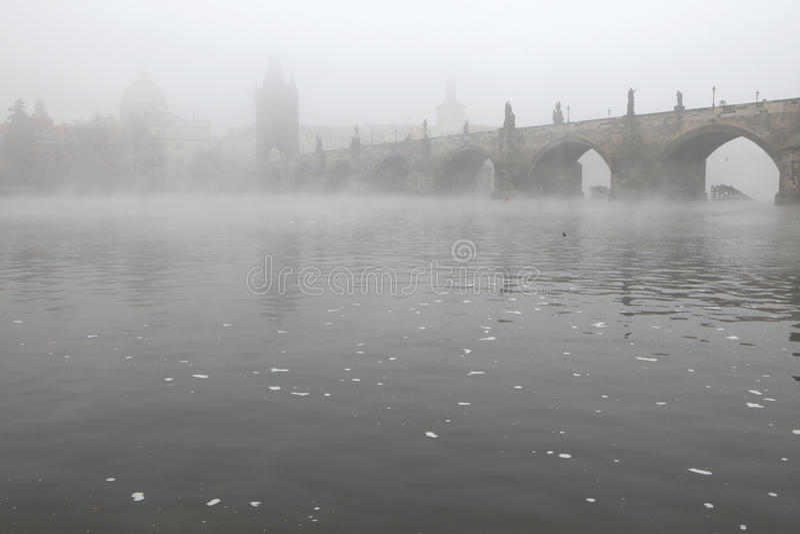 Ranek mgła nad Charles mostem w Praga zdjęcia stock