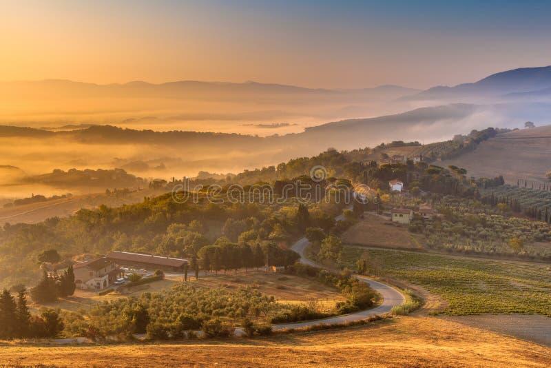 Ranek mgła nad Toskańską wsią obraz royalty free