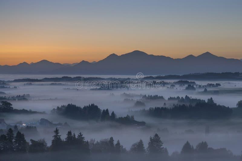 Ranek mgła w Pfaffenwinkel obrazy stock