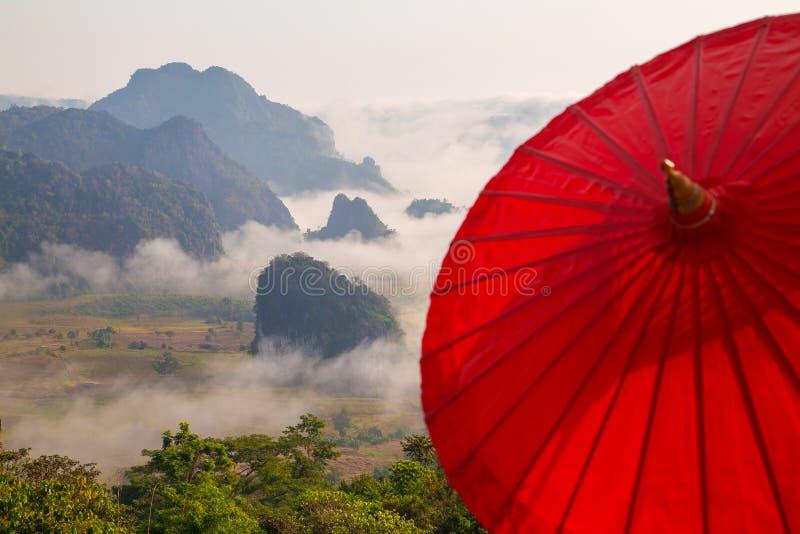 Ranek mgła z górą fotografia royalty free