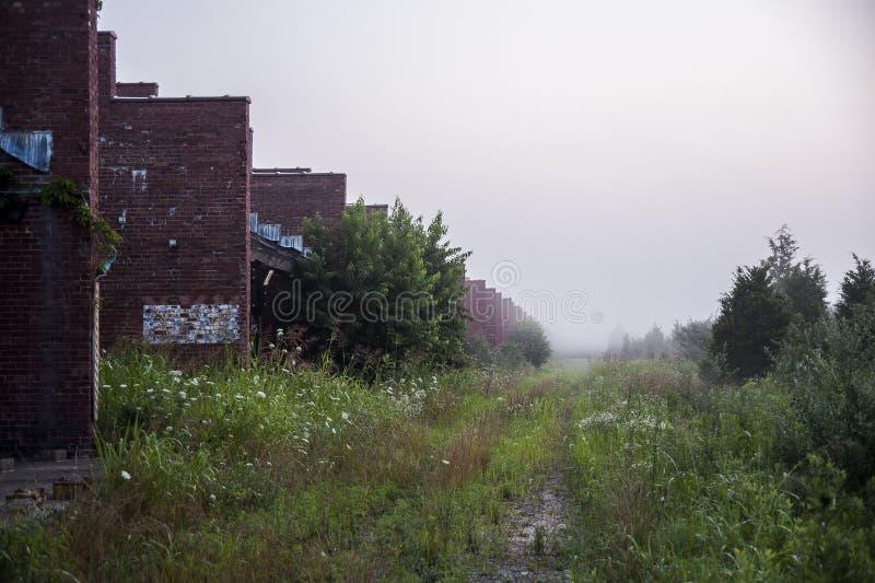 Ranek mgła Zaniechanego Indiana wojska Amunicyjna zajezdnia - Indiana - Wypłacalni wyzdrowienie budynki - obrazy royalty free