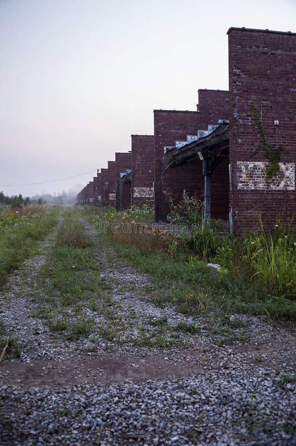 Ranek mgła Zaniechanego Indiana wojska Amunicyjna zajezdnia - Indiana - Wypłacalni wyzdrowienie budynki - obraz stock