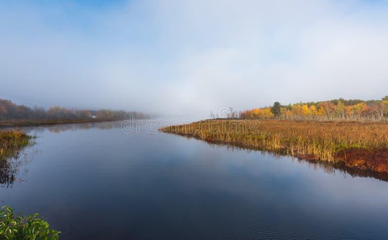 Ranek mgły wzrosty z ciepłej wody w chłodno powietrze na Corry jeziorze, Ontario, Kanada obraz stock