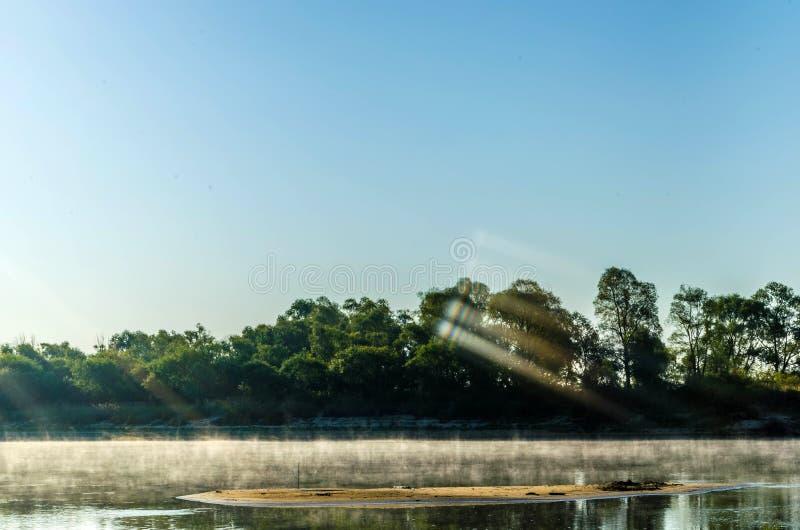Ranek mgiełka nad rzeką przy świtem i mgła podczas gdy łowiący zdjęcia stock