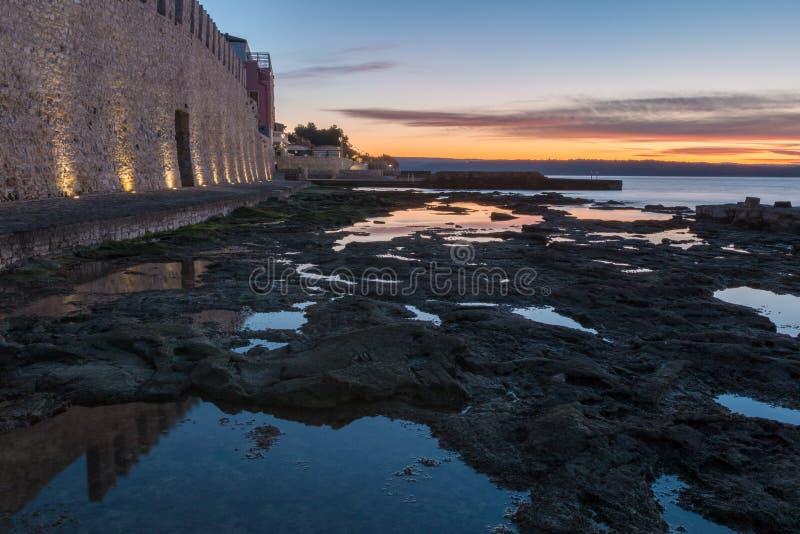 Ranek morzem miasto ścianą obraz royalty free