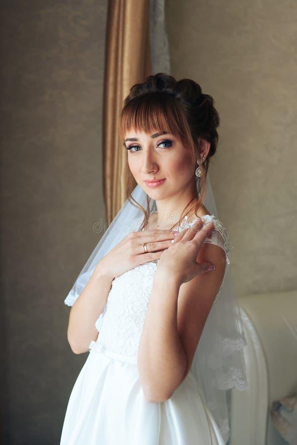 Ranek panna młoda przygotowywa dla ślubu 1, piękna kobieta w białej sukni zdjęcie stock