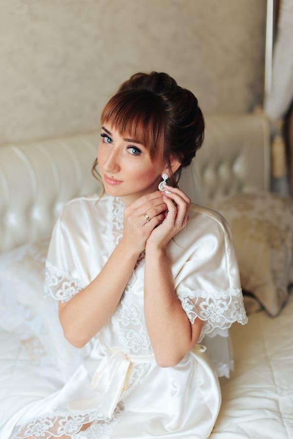 Ranek panna młoda przygotowywa dla ślubu 1, piękna kobieta w białej sukni obraz stock