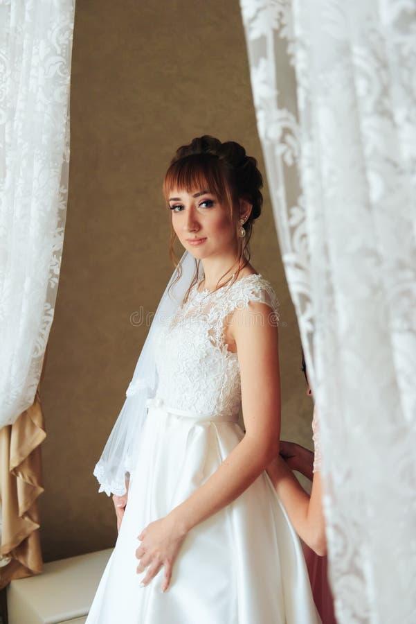 Ranek panna młoda przygotowywa dla ślubu 1, piękna kobieta w białej sukni zdjęcie royalty free
