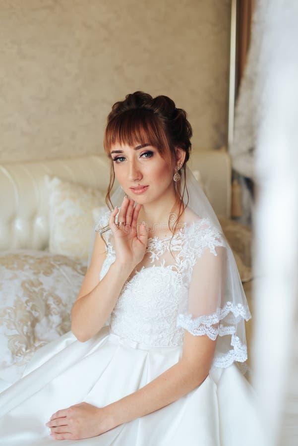 Ranek panna młoda przygotowywa dla ślubu 1, piękna kobieta w białej sukni obrazy royalty free