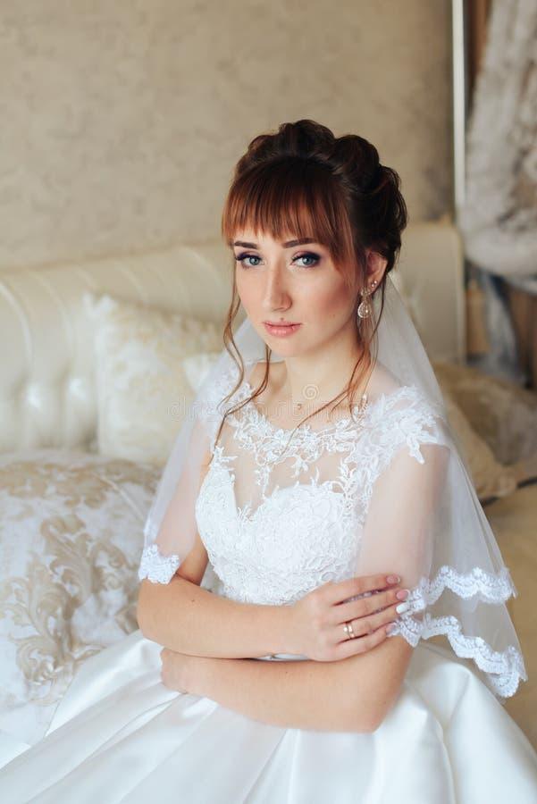Ranek panna młoda przygotowywa dla ślubu 1, piękna kobieta w białej sukni zdjęcia royalty free