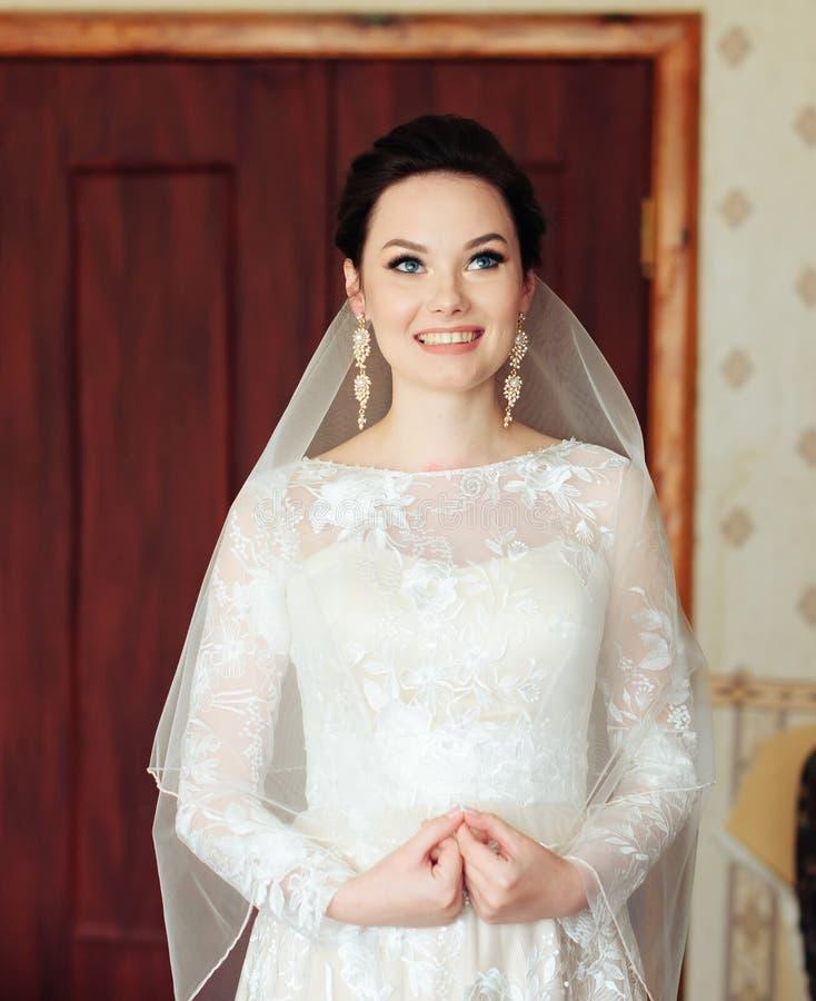 Ranek panna młoda przygotowywa dla ślubu, piękna kobieta w białej sukni obrazy royalty free