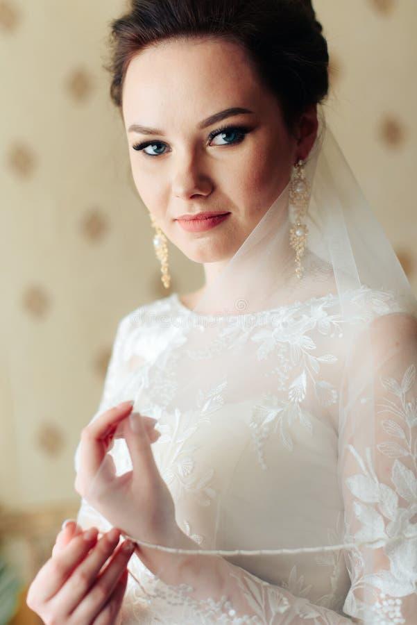 Ranek panna młoda przygotowywa dla ślubu, piękna kobieta w białej sukni zdjęcie stock