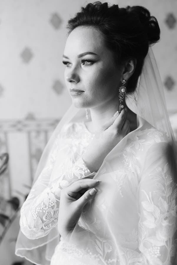 Ranek panna młoda przygotowywa dla ślubu, piękna kobieta w białej sukni obraz stock