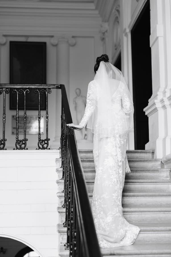 Ranek panna młoda przygotowywa dla ślubu, piękna kobieta w białej sukni fotografia stock