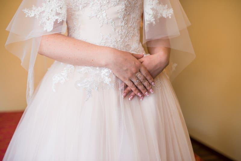 Ranek panna młoda, z jej rękami krzyżować Panna młoda czeka spotkania z fornalem Pierścionek zaręczynowy z diamentem o obrazy stock