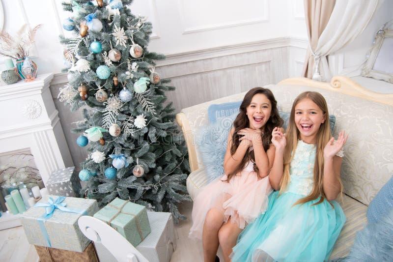 Ranek przed Xmas nasze domy Małe dziewczynki szczęśliwego nowego roku, Zima xmas online zakupy Rodzinny wakacje Boże Narodzenia fotografia stock