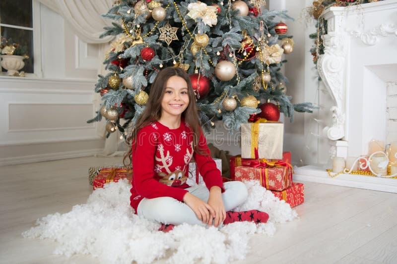 Ranek przed Xmas Nowego Roku wakacje szczęśliwego nowego roku, mała szczęśliwa dziewczyna przy bożymi narodzeniami Boże Narodzeni fotografia stock