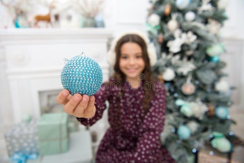 Ranek przed Xmas Nowego Roku wakacje szczęśliwego nowego roku, mała szczęśliwa dziewczyna przy bożymi narodzeniami Boże Narodzeni obraz stock