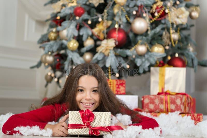 Ranek przed Xmas Nowego Roku wakacje szczęśliwego nowego roku, mała szczęśliwa dziewczyna przy bożymi narodzeniami Boże Narodzeni obraz royalty free
