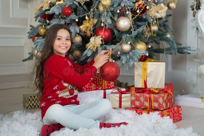 Ranek przed Xmas Nowego Roku wakacje szczęśliwego nowego roku, mała szczęśliwa dziewczyna przy bożymi narodzeniami Boże Narodzeni zdjęcia royalty free