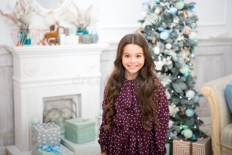 Ranek przed Xmas Nowego Roku wakacje szczęśliwego nowego roku, mała szczęśliwa dziewczyna przy bożymi narodzeniami Boże Narodzeni zdjęcie stock