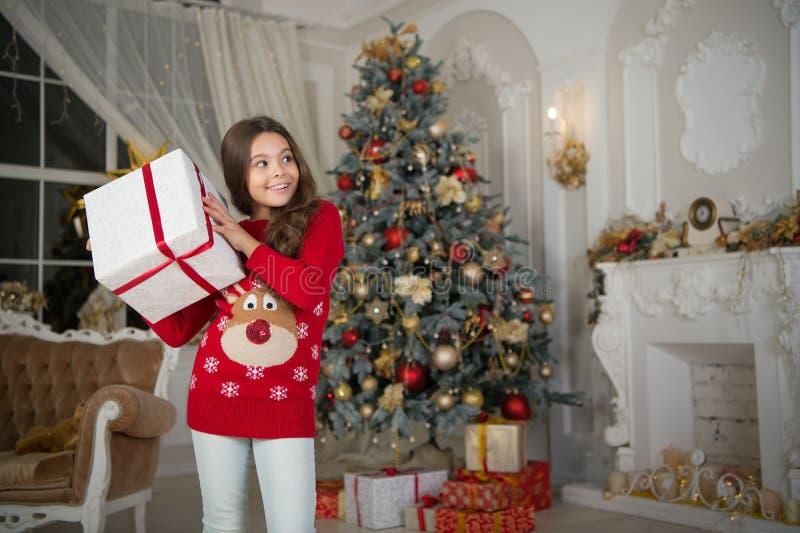 Ranek przed Xmas Nowego Roku wakacje szczęśliwego nowego roku, mała szczęśliwa dziewczyna przy bożymi narodzeniami - dar karty od fotografia royalty free