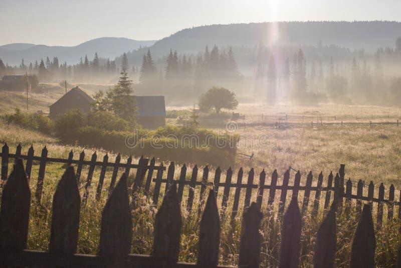Ranek rosy mgły słońca promienie w górach zdjęcie stock